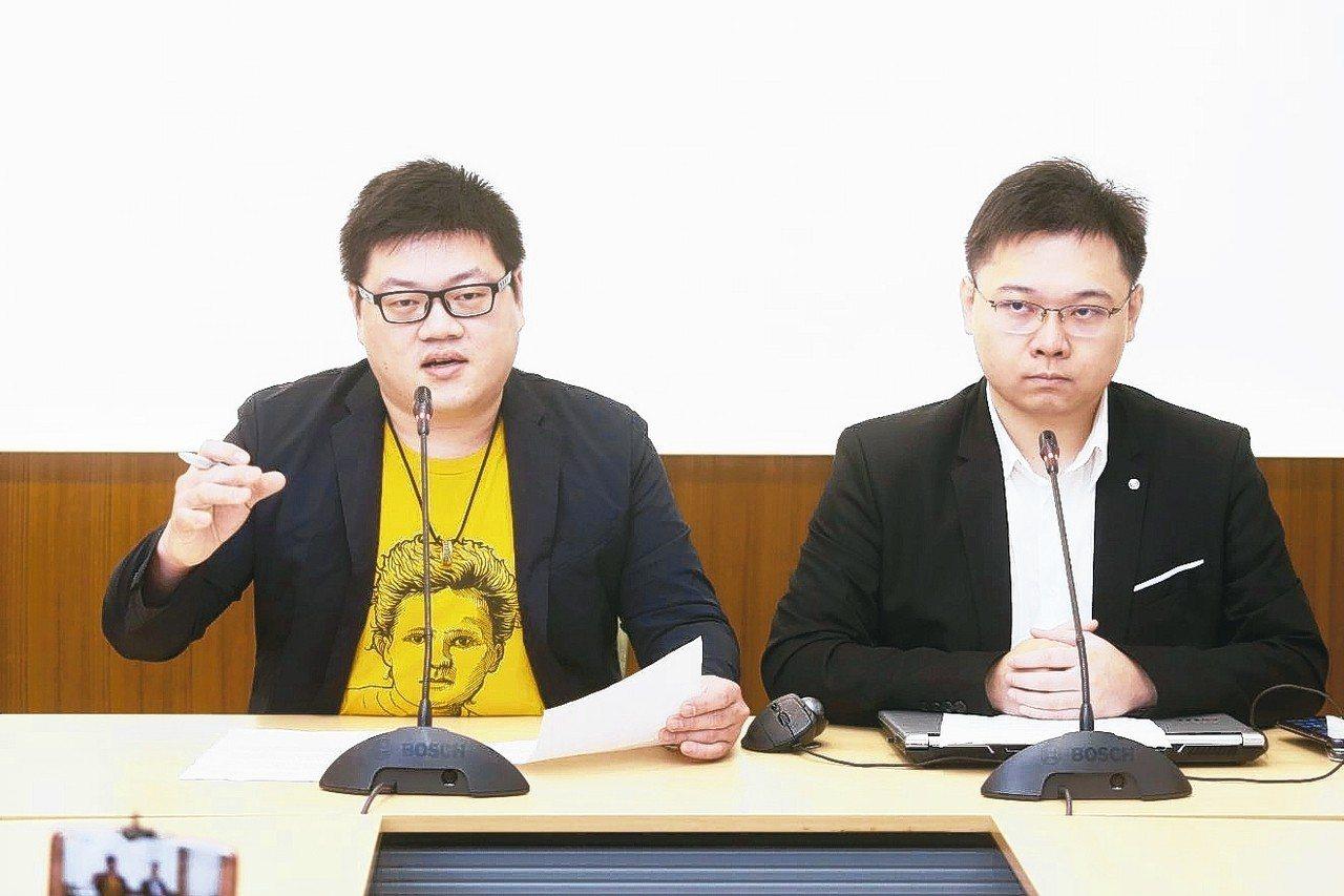 以核養綠公投領銜人黃士修(右)再推「核能減煤」公投,上午和「核能減煤」公投提案人...