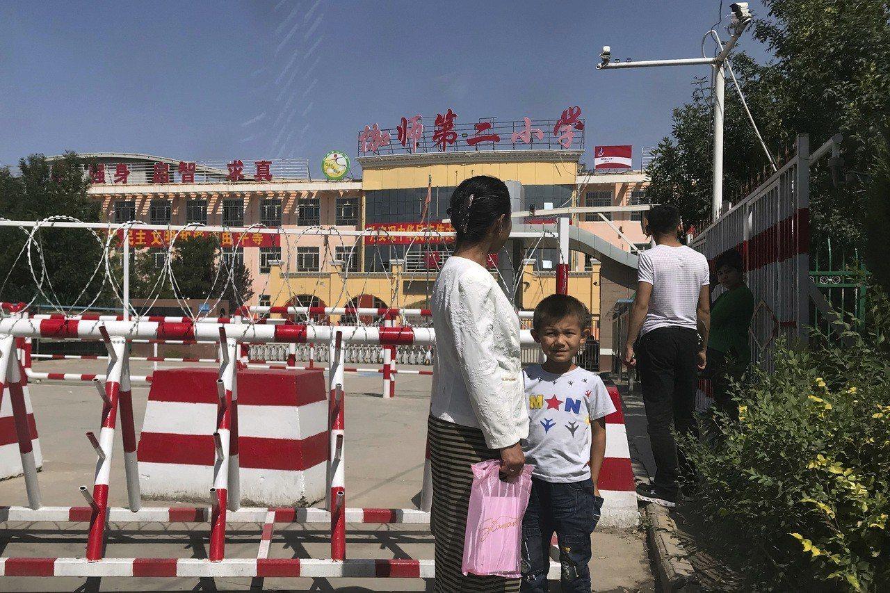 聯合國專家估計,新疆全境有超過100萬名穆斯林少數族裔人士遭監禁於所謂的再教育中...