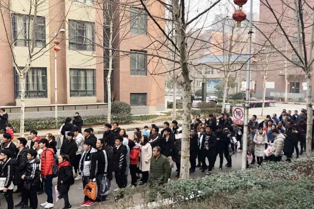 富士康每天都有大批人潮排隊等辦離職手續。圖擷自南華早報