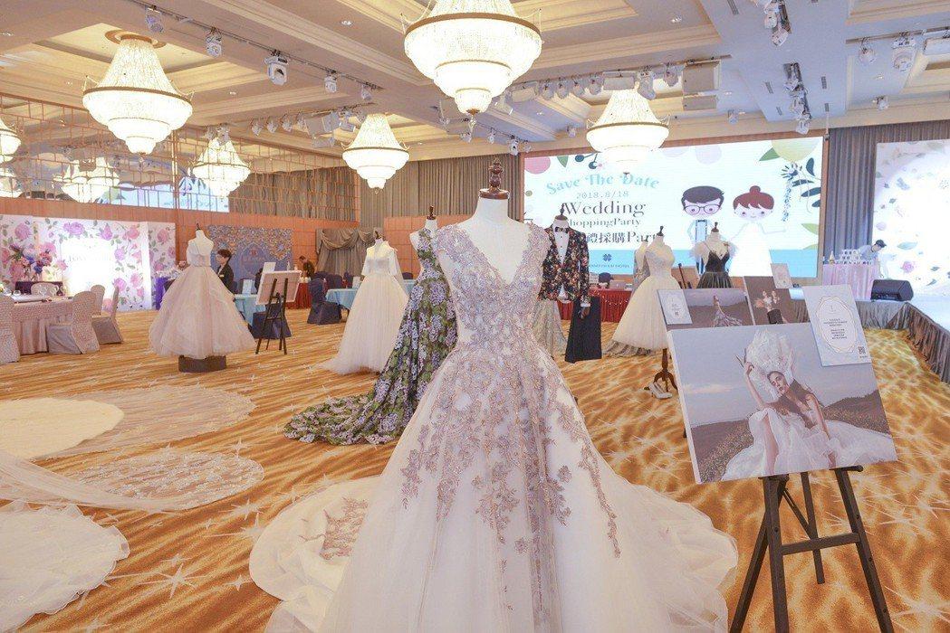 2019國際婚紗流行趨勢的輕宮廷風格,及符合春夏色系的漸層馬卡龍色系主軸,讓新人...