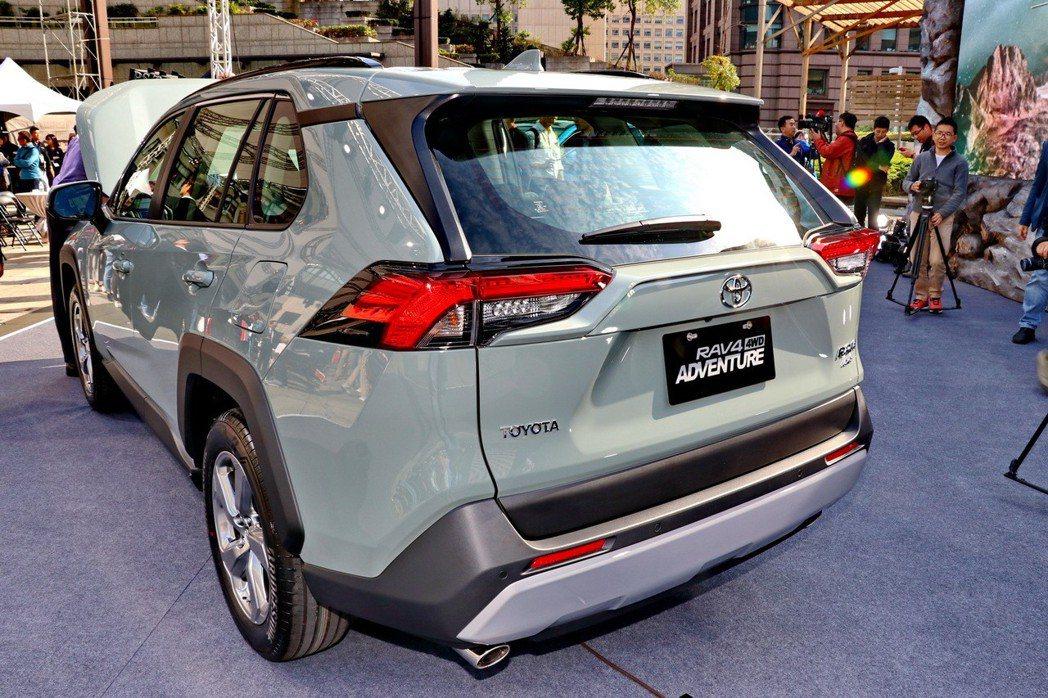 新RAV4碩大的LED尾燈組,搭配這次較富肌理感的車身線條與雙出排氣管,運動風格...