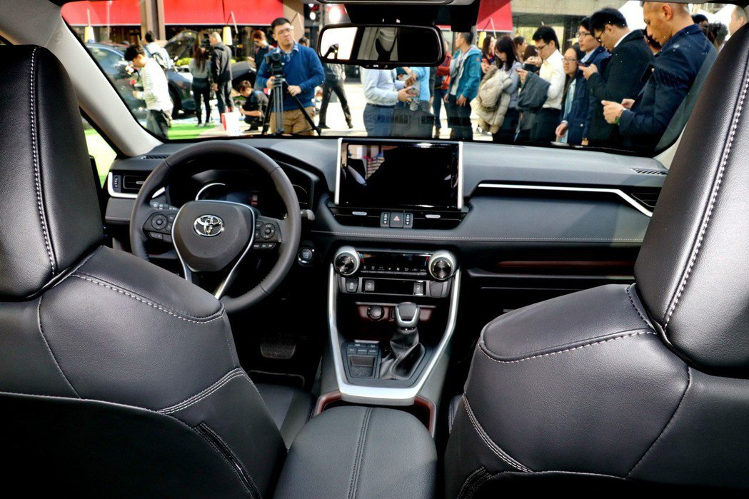 除了利用大量皮革提升車室質感外,7吋大型全彩TFT多功能資訊顯示幕也是亮點。 記...