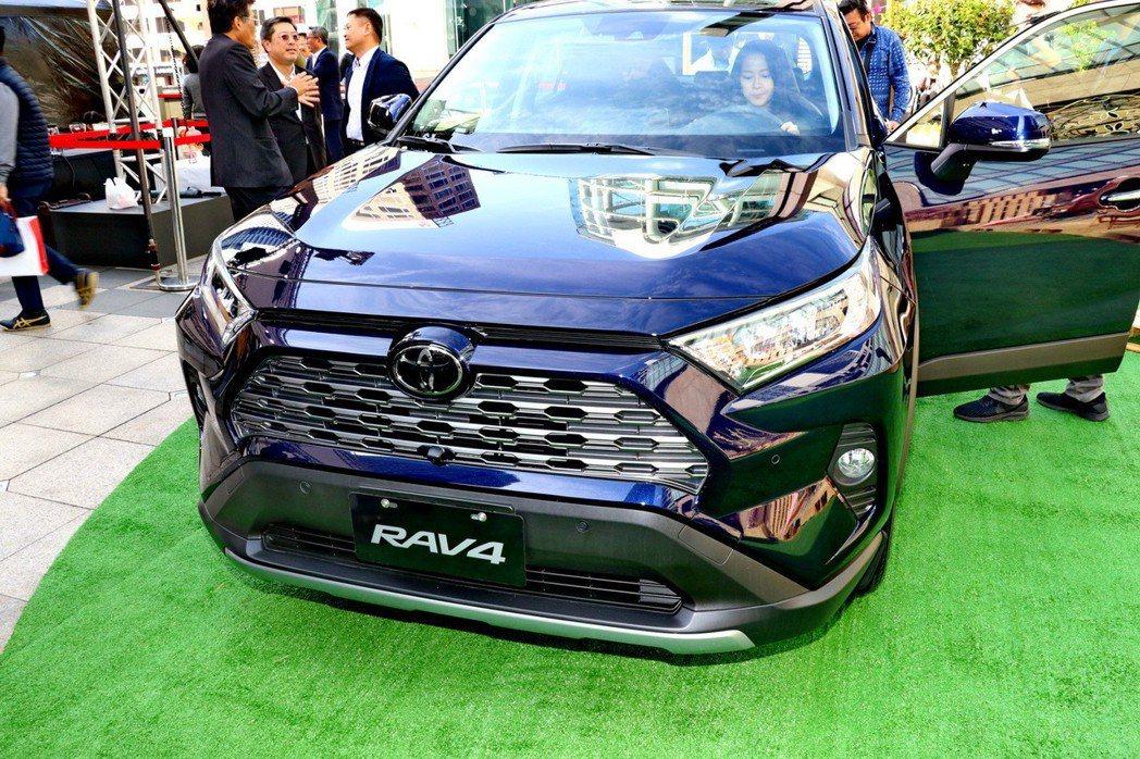 透過幾何多邊型的車頭設計,讓新一代RAV4比以往更具霸氣粗曠感受。 記者陳威任/...