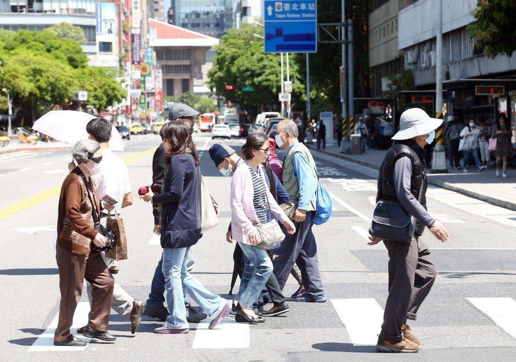 台灣「馬路如虎口」,交通安全問題嚴重,日本記者野島剛表示「簡直與戰場無異」。 圖...