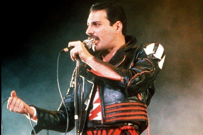 皇后樂團主唱佛萊迪墨裘瑞,攝於1985年。 圖/美聯社