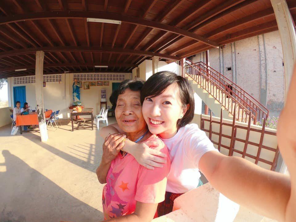 TAOM村的奶奶把我們當孫女般疼愛照顧。圖/張維提供