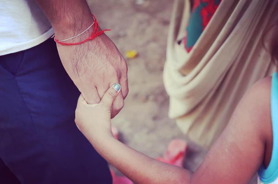 ZAZA柬籍成員Ouchy與小姪女牽手的照片。圖/張維提供