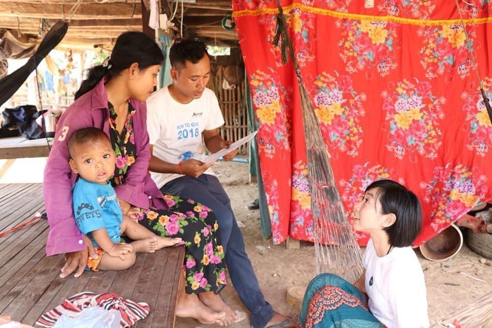 ZAZA團隊柬台成員一起進行家庭訪問。圖/張維提供