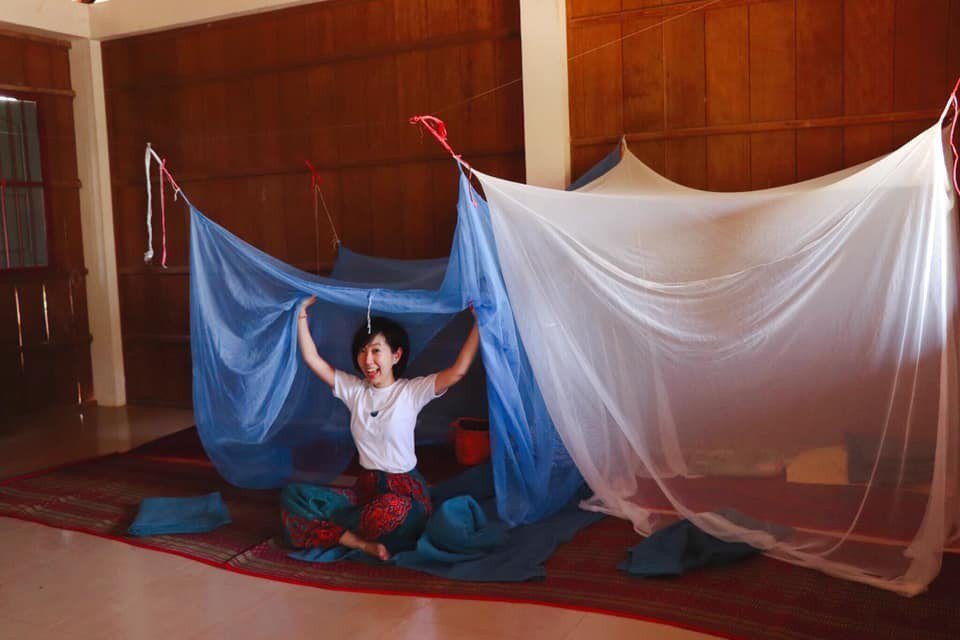 晚上我們在教室二樓搭起蚊鋪起草蓆作為簡單的住宿設備。圖/張維提供