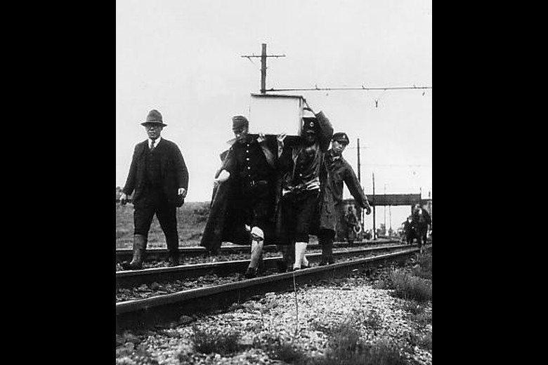 常磐線上,下山定則的遺體被搬走。 圖/維基共享
