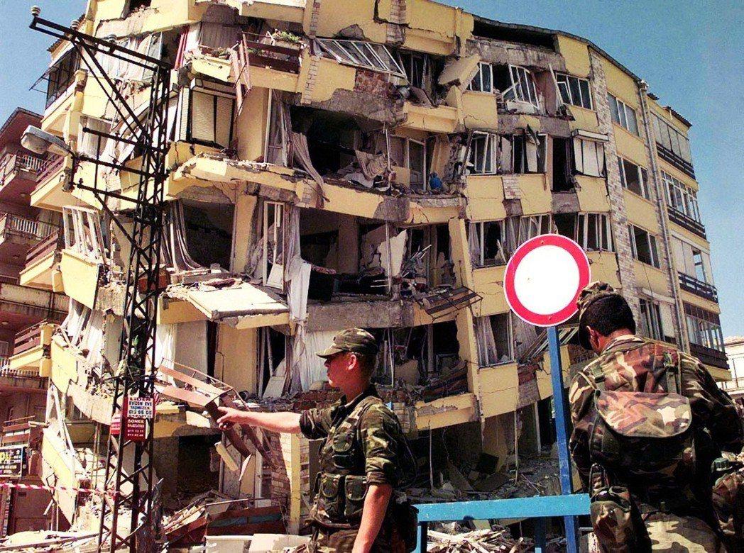 違章建築就地合法,位在地震帶上的土耳其,賭的起人命嗎?1999年8月17日清晨,...