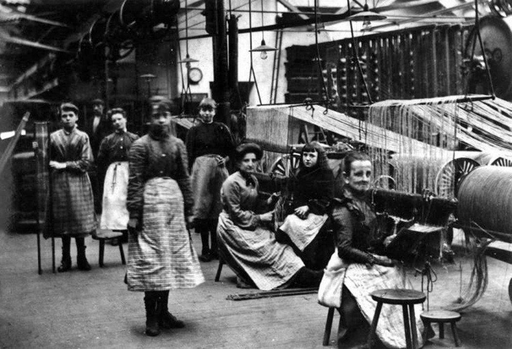 因為窮,愛爾蘭移民甚至願意領低於基本工資的錢,賺得比蘇格蘭的工人階級要少,也被蘇...