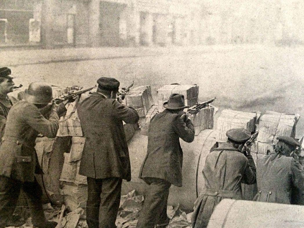 在街頭戰的砲火下,溫和左派的社會民主黨(SPD)主導編撰的《威瑪憲法》也倉促產生...