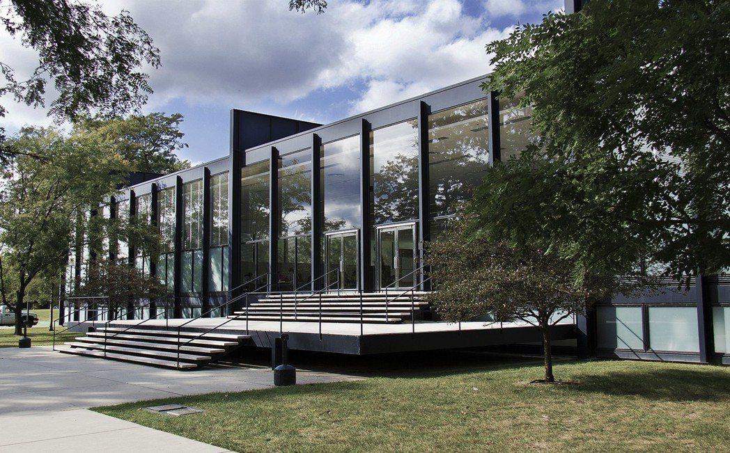 莫侯利-納吉與密斯落腳美國「建築之都」芝加哥,並在1937年成立了設計學院(In...