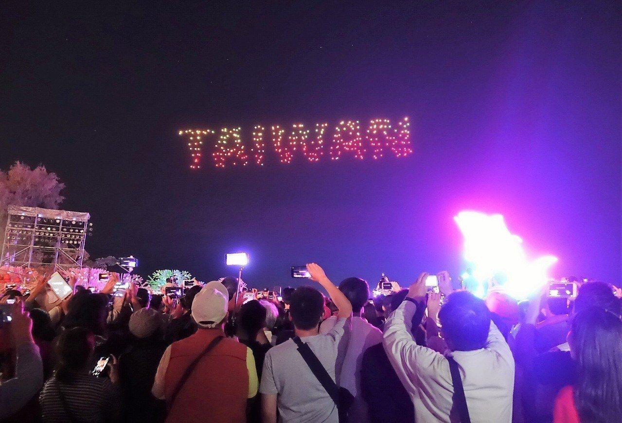 Intel無人機空中秀在今年的台灣燈會完美演出,讓現場觀眾驚豔連連。圖/本報資料...