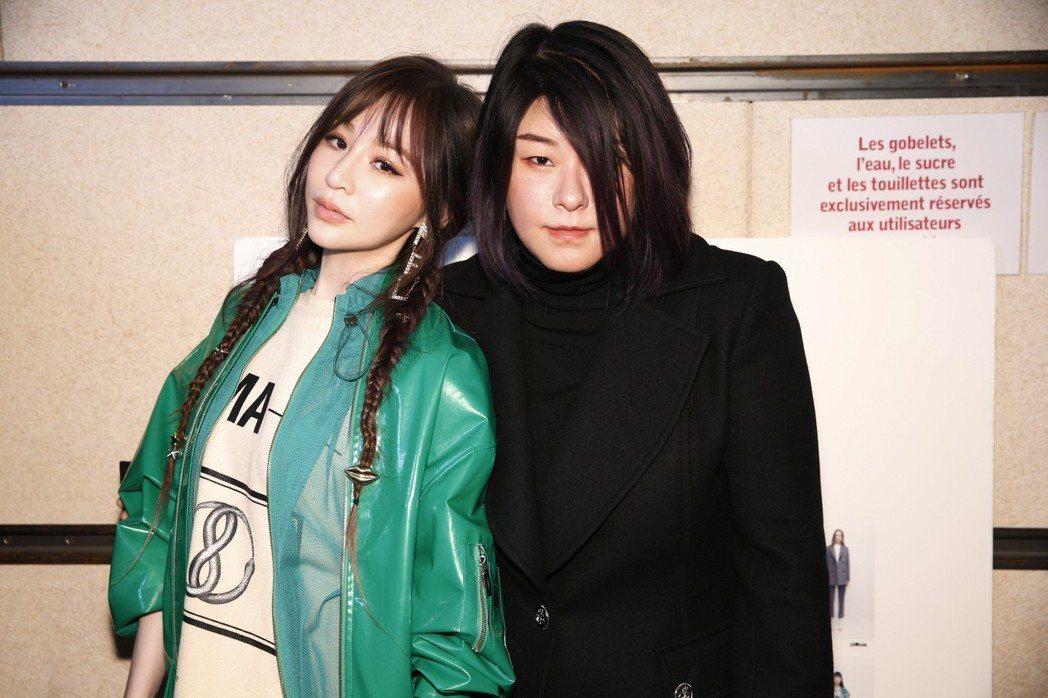 王心凌(左)應設計師MASHA MA飛往巴黎看秀。圖/天晴娛樂提供