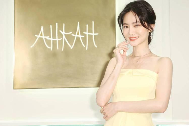 女星曾之喬以黃色洋裝,搭配AHKAH Papillon Brillant系列頸圈...