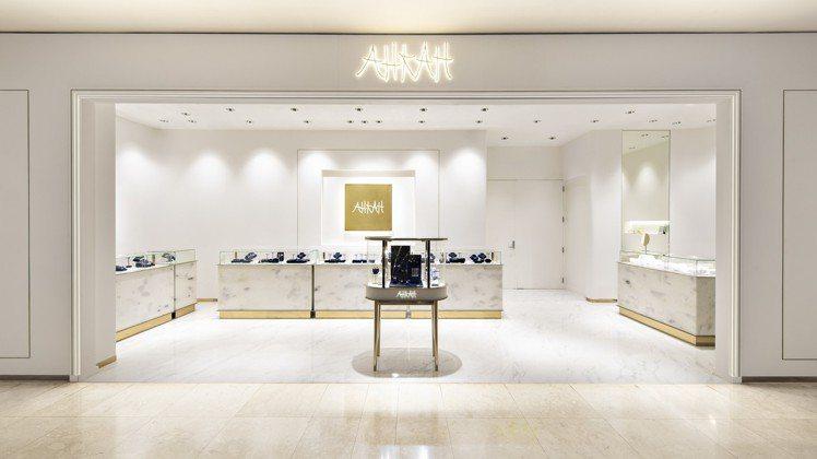 AHKAH的台灣首間專賣店,落腳新光三越百貨A8館,以品牌經典的白色與金色,來打...