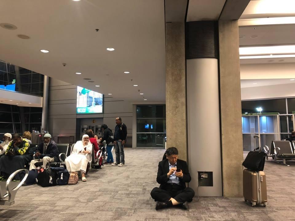 台北市長柯文哲日前在臉書貼了一張他在國外機場席地而座充電的照片,引來熱烈討論。圖...