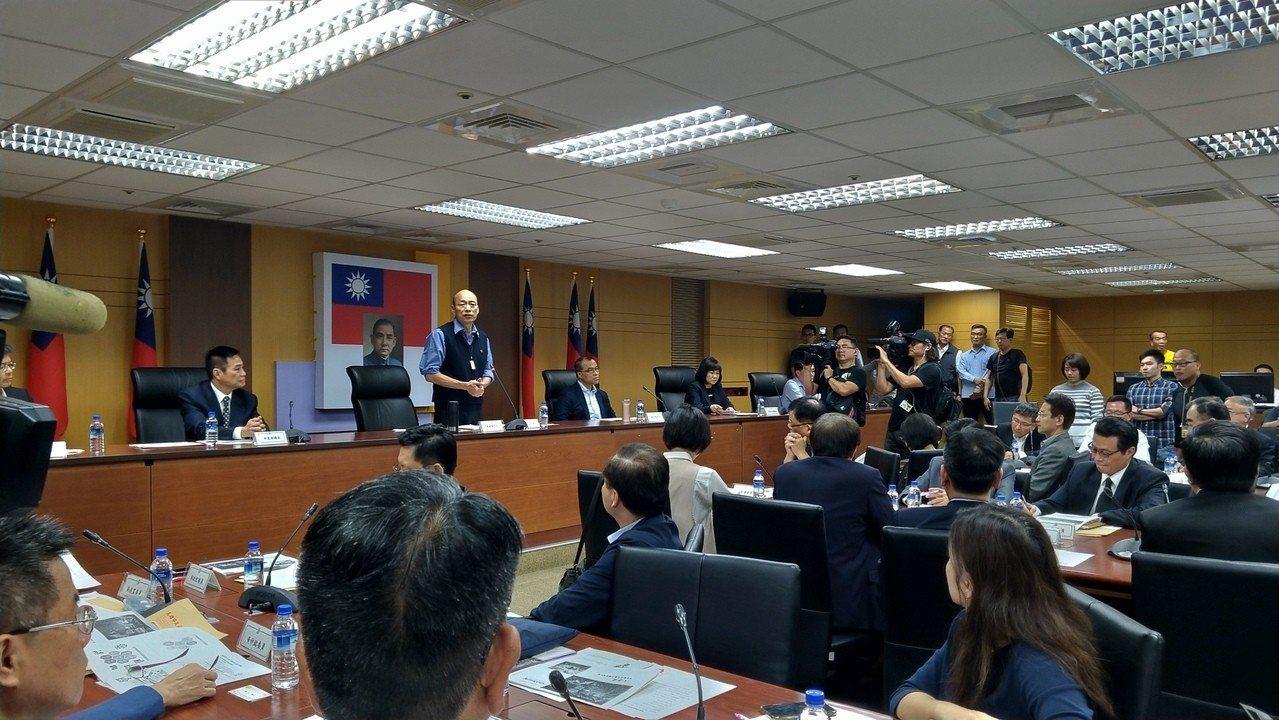 高市長韓國瑜下午在市府召開兩岸工作小組會議,宣布將在3月22日至28日出訪香港、...