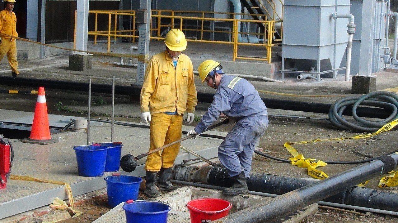 中油苗栗縣通霄鎮鐵砧山礦場伴產水外洩,廠方人員仍在處理。記者范榮達/翻攝