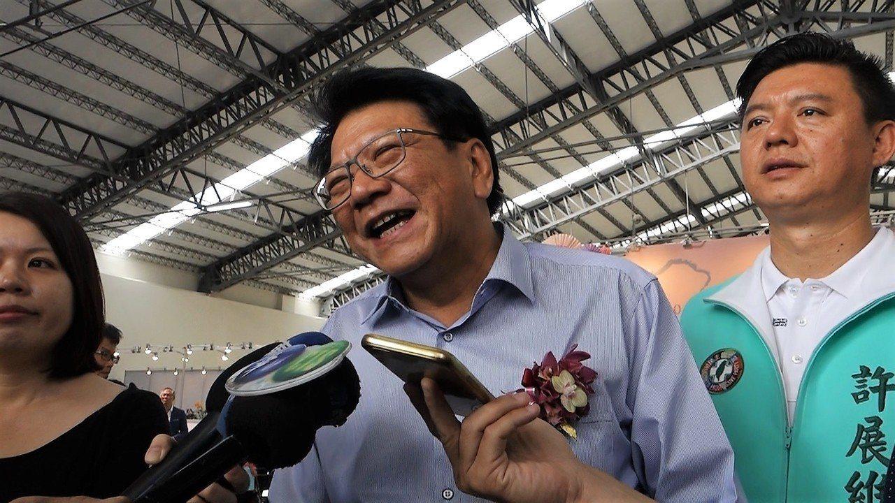 屏東縣長潘孟安聽到自己的人氣指數攀升,笑得很開心,但他說還是認真做事吧!記者翁禎...
