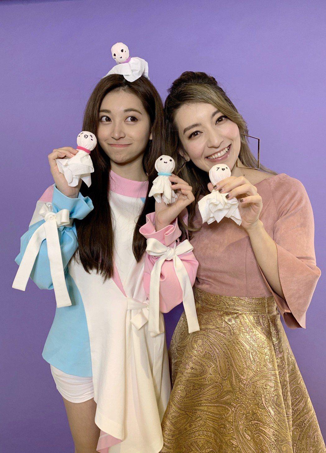 Lara(右)、祈錦鈅親做晴天娃娃。圖/妹妹娃娃多媒體提供
