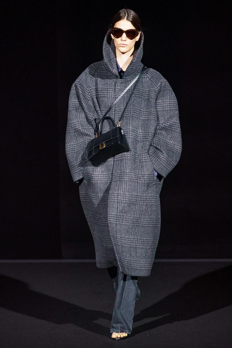 整個系列不斷出現寬肩線剪裁的大衣,這也是Balenciaga創意總監Demna ...