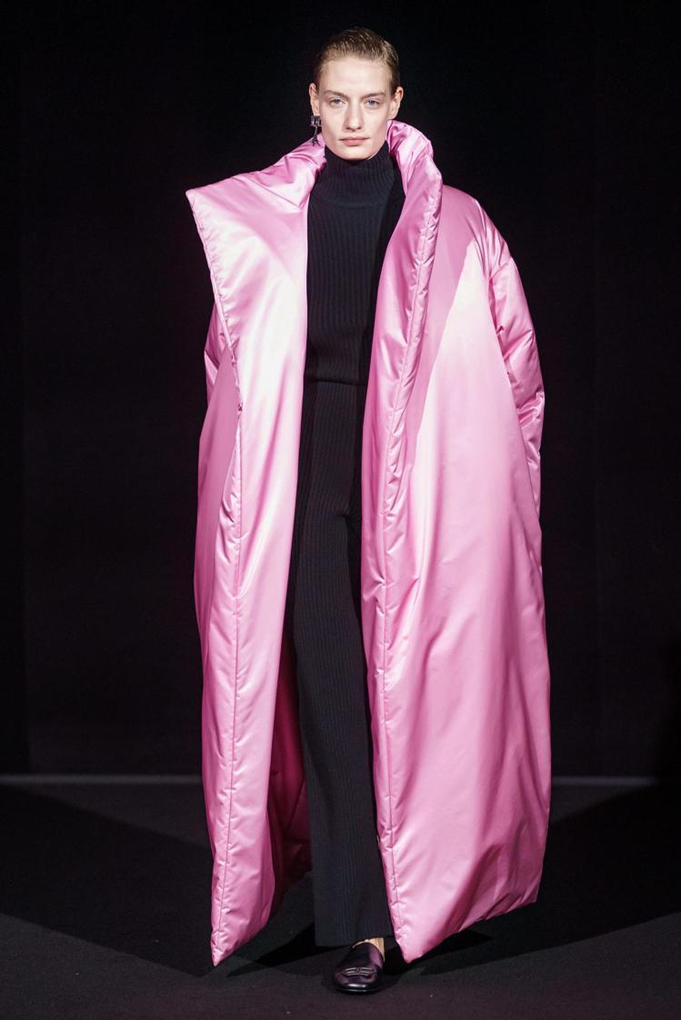 巨大的服裝量體,誇張輪廓同時搭配亮色,也是Balenciaga這季的主要設計之一...