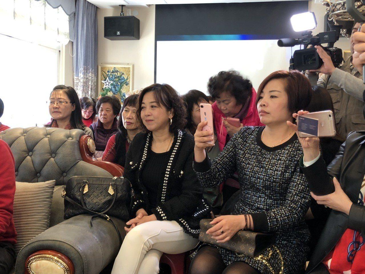 現場宛如「柱柱姐」的追星會,許多姐姐妹妹拿起手機猛拍。記者蔡家蓁/攝影