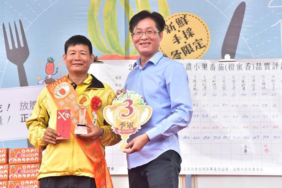 近日有地方人士勸進美濃農會總幹事鍾清輝(右)參選立委。圖/翻攝美濃農會臉書