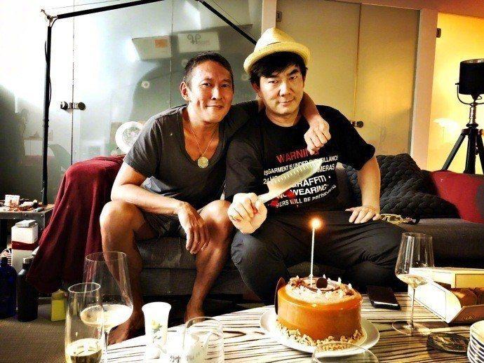 任賢齊(右)增肥拍攝鈕承澤執導的電影「跑馬」。圖/摘自微博