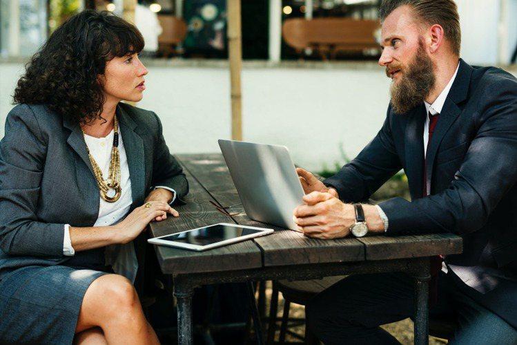 「社交禮儀」每個人都在努力著扮演大人的角色,又該如何詮釋這個角色。圖/摘自 pe...