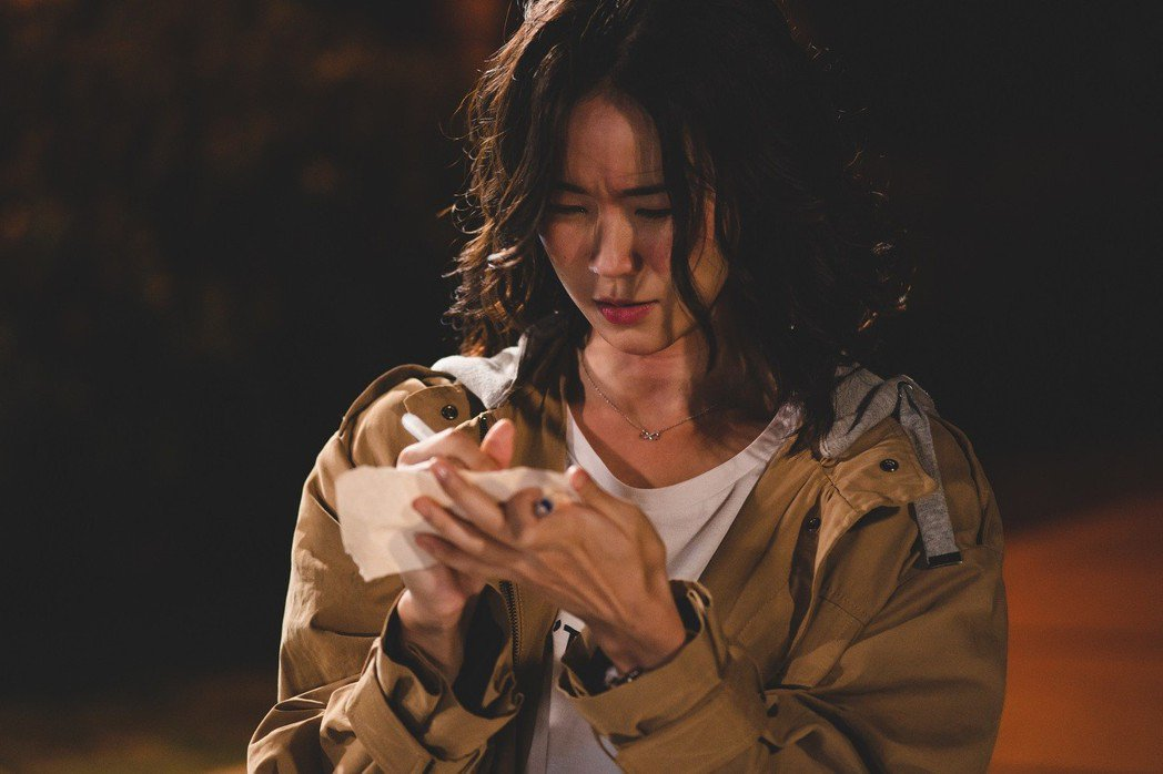 鍾瑶在「艾蜜麗的五件事」戲中,酒醉狀況下寫下瓶中信五件事。圖/東森提供