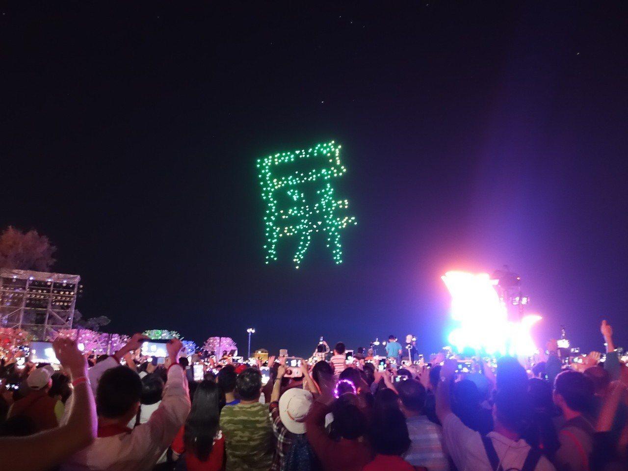 英特爾無人機空中秀在今年的台灣燈會完美演出,讓現場觀眾驚豔連連。 圖/聯合報系資...