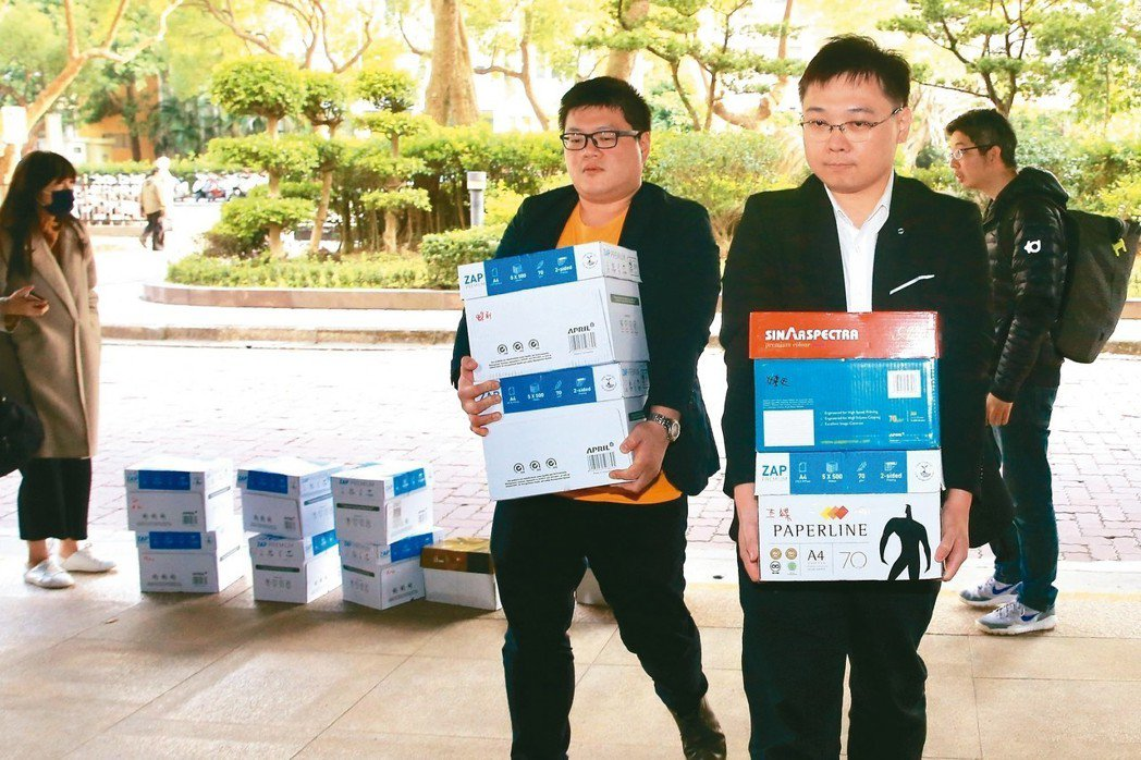 「以核養綠」公投提案人黃黃士修(右)與醫學物理學會理事廖彥朋(左)宣布提出「重啟...