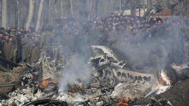 克什米爾民眾在墜毀戰機現場圍觀。(美聯社)