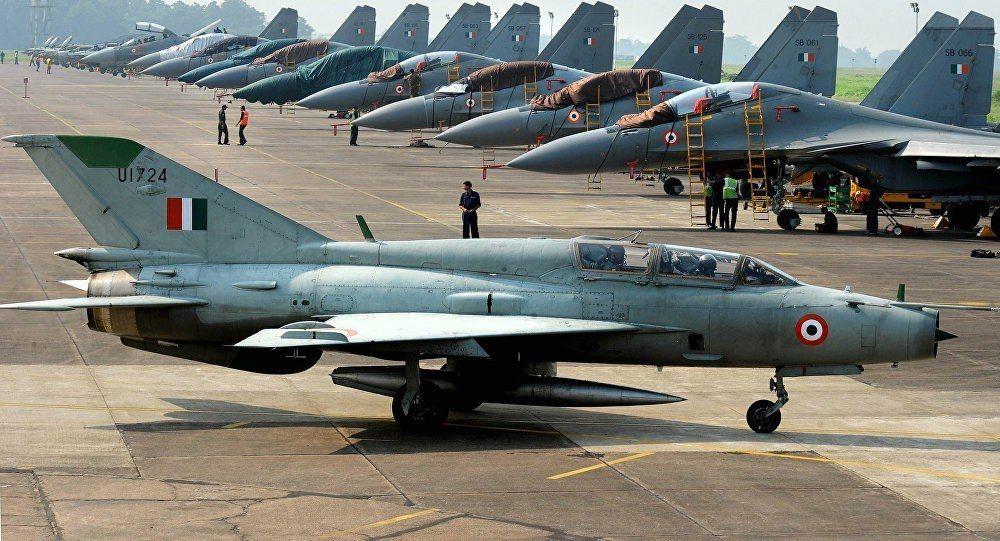 米格21是一款骨董級戰機,圖中後方則是印度蘇愷30戰機。(法新社)
