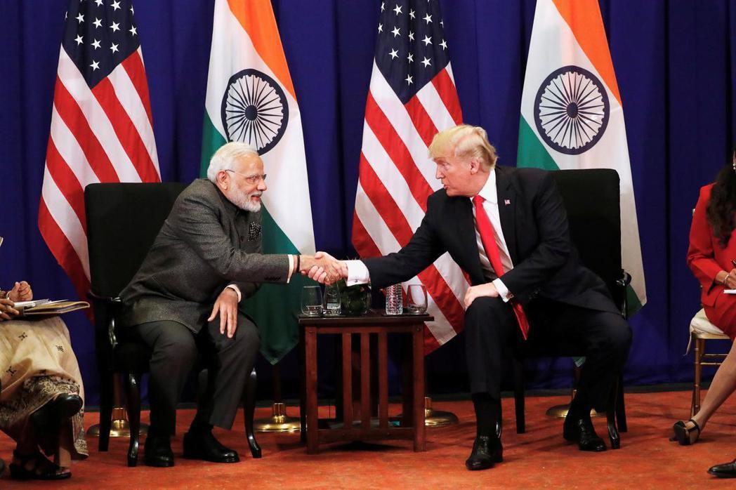 美國總統川普(右)和印度總理莫迪(左)。美國提出印太戰略後積極拉攏印度。(路透)