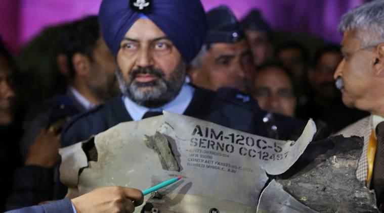 在戰機遭擊落後,印度空軍官員展示飛彈殘骸,稱巴基斯坦的F-16是唯一可發射這種飛...