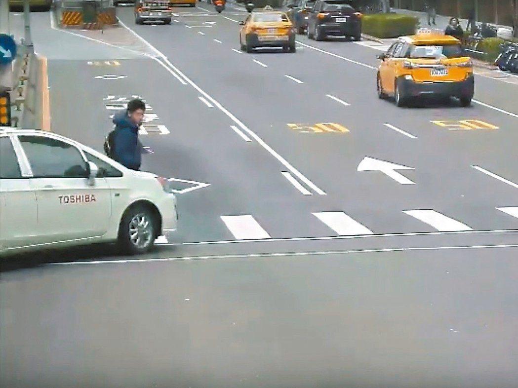 北市轉彎車撞死行人事故近來頻繁發生。圖/警方提供
