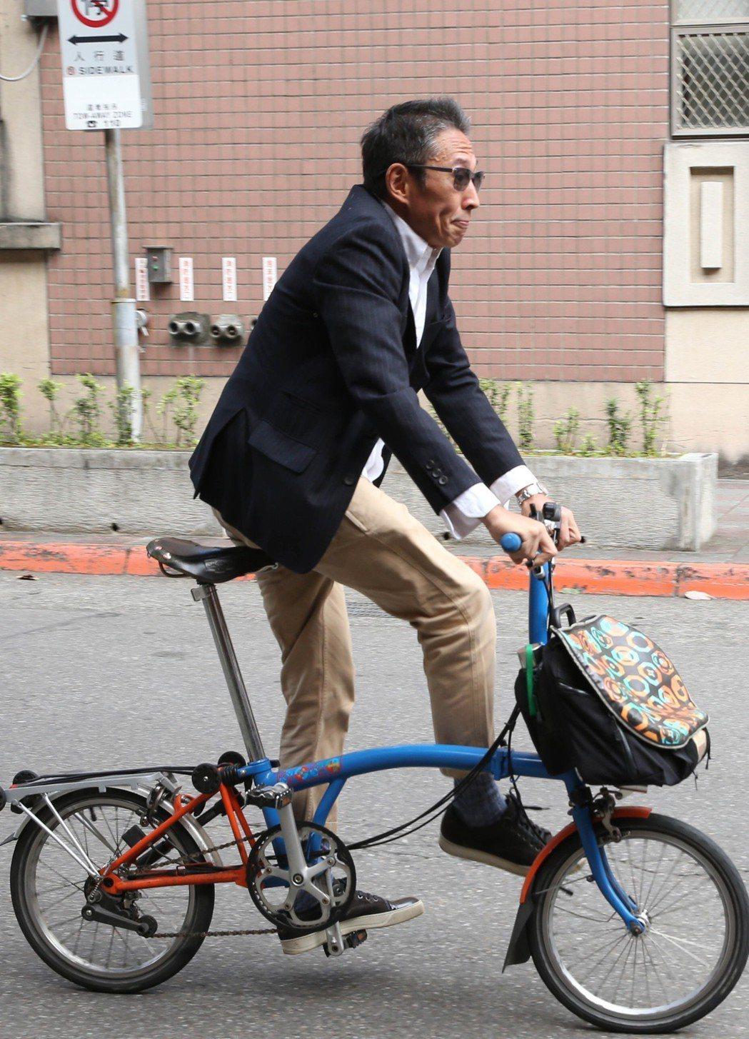 導演鈕承澤性侵案,上午他西裝筆挺一派輕鬆,騎腳踏車赴北院開庭。記者林俊良/攝影