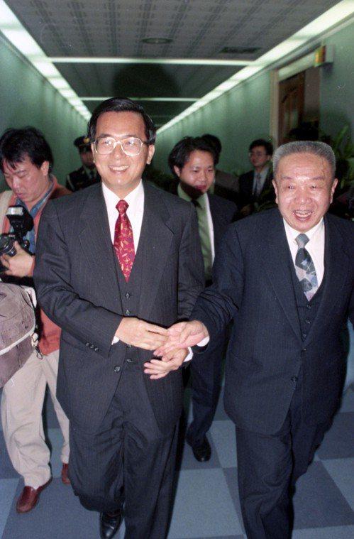 民進黨前主席黃信介(右)曾拜訪陳水扁(左),請教誰最有資格參選總統。 圖/聯合報...