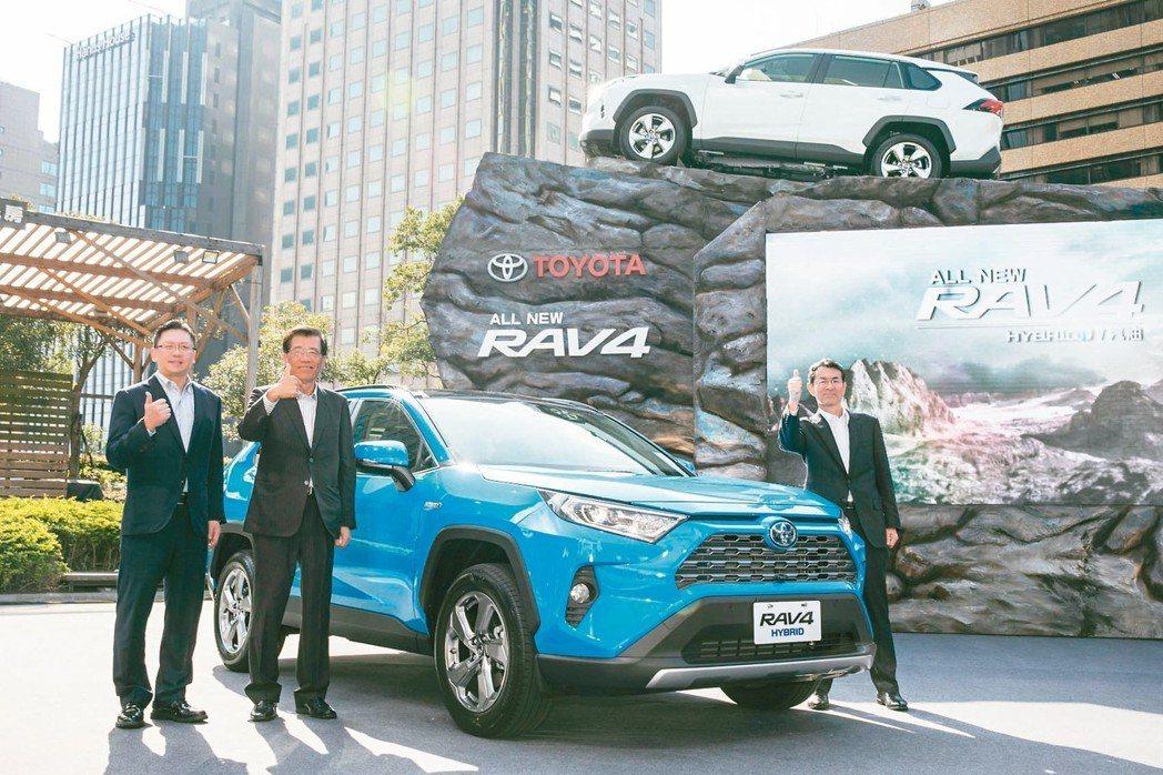 和泰車看好RAV4銷售可望創下新紀錄,左起為和泰總經理蘇純興、董事長黃南光。 記...