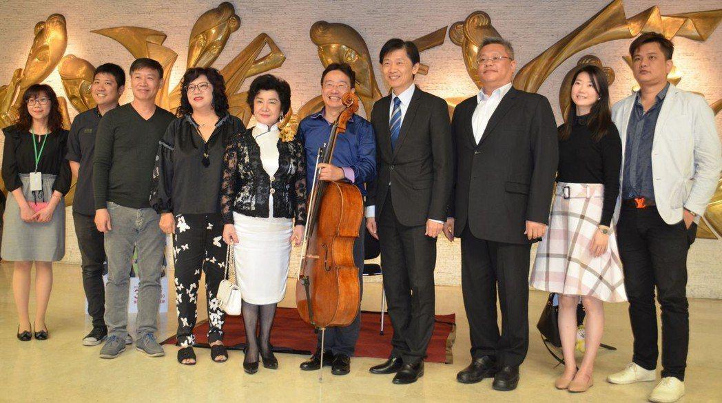 葉澤山局長(右四)與張正傑、朱陸豪等人合影。  陳慧明 攝影