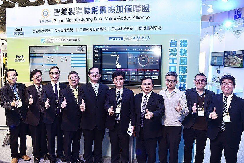 智慧製造聯網數據加值聯盟5日舉行第二屆會員大會及研討會,左起為盟立自動化自動控制...