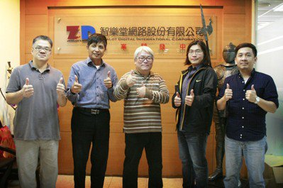 美術總監林千翔老師(中)帶領超過20年經驗美術團隊專業師資授課,享受數位即戰力。...