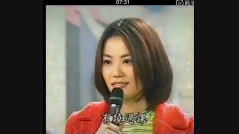 「樂壇天后」王菲是近二十年來年內華語樂壇出色的歌手之一,曾唱紅許多著名的歌曲。最近網路上流傳著一段她年輕時上節目的畫面,影片中主持人問她上學時有翹課嗎?翹課都去哪呢?,王菲則坦承有翹課「回家啦」;主...