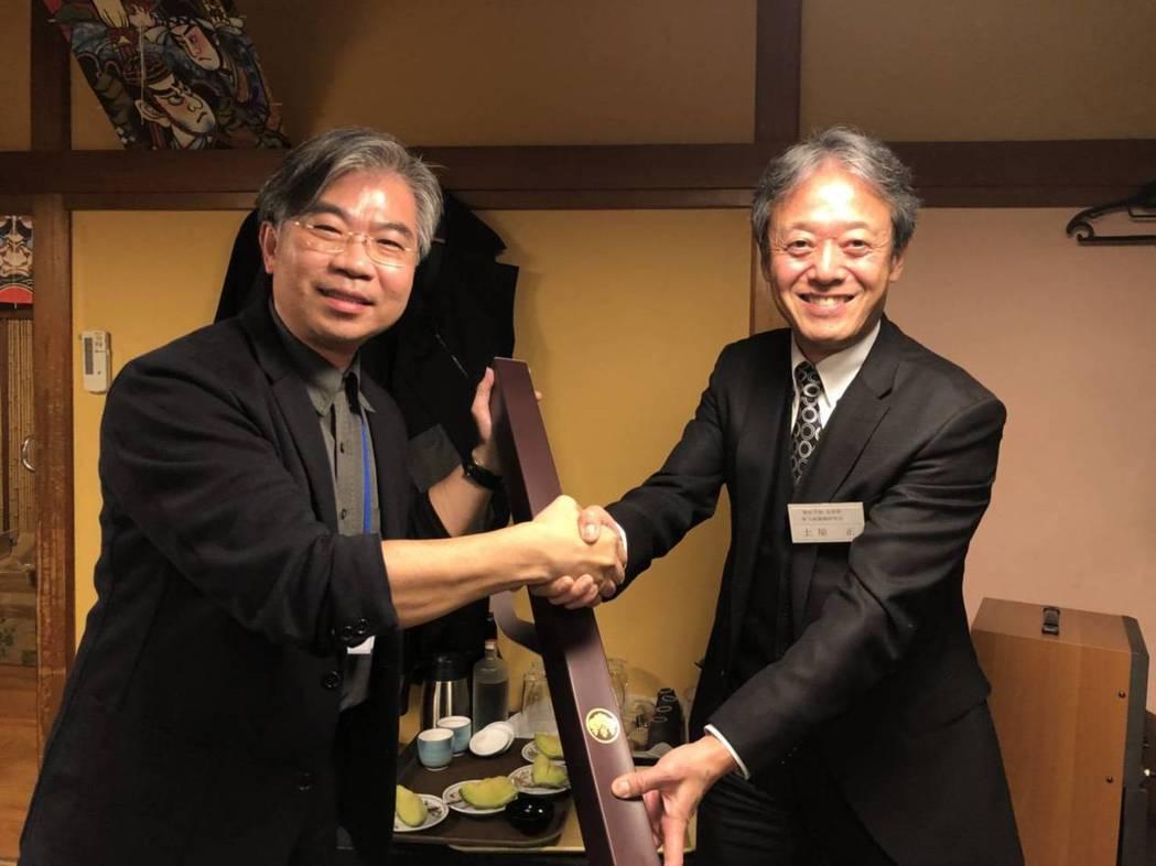 臺南市建築師公會理事長葉世宗(左)代表公會致贈禮品予東京都建築師公會新宿支部。 ...