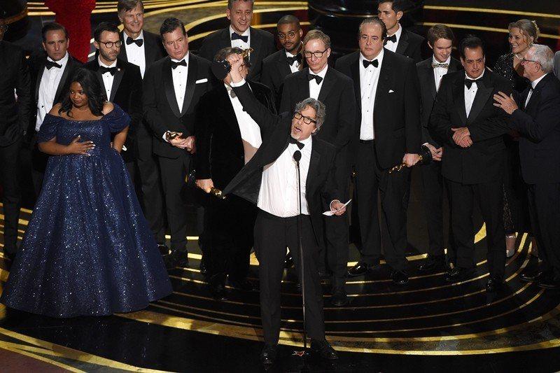 奪得最佳影片的《幸福綠皮書》劇組上台領獎。 圖/美聯社